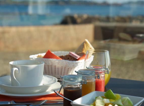 Le petit déjeuner hôtel les terrasses de bréhat